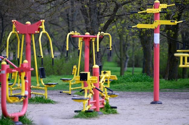 Attrezzature sportive in un parco pubblico senza persone, un parco giochi vuoto durante una pandemia ed un'epidemia. tempo di blocco