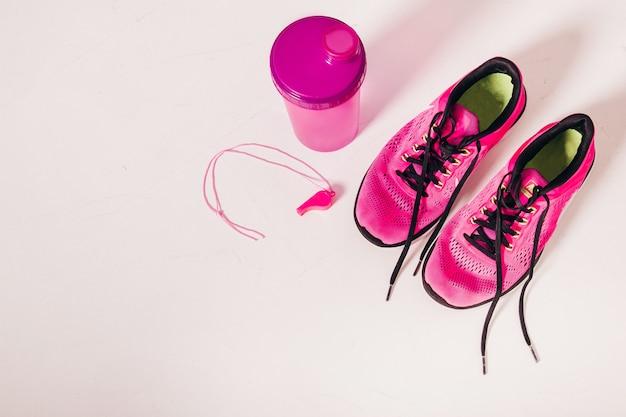 Attrezzatura sportiva scarpe da corsa e uno shaker