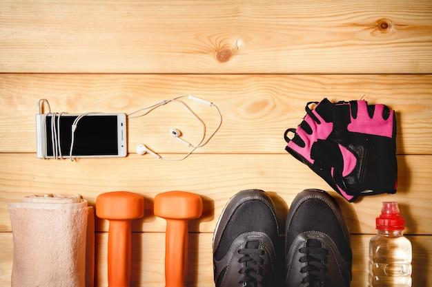 Attrezzature sportive sul pavimento in legno