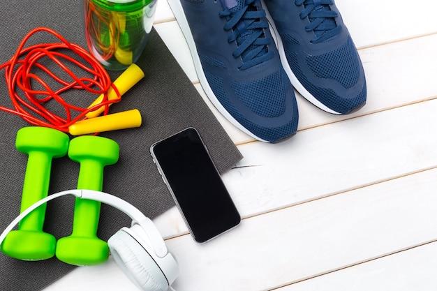 Concetti di fitness sportivo con attrezzature da palestra