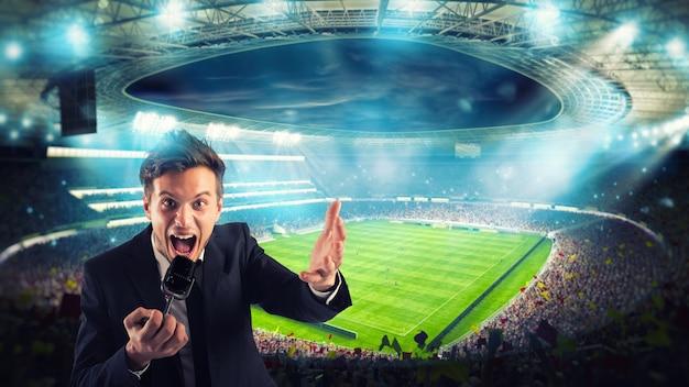 Giornalista sportivo commenta una partita di calcio allo stadio