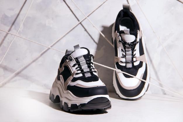 Sneakers sportive su sfondo grigio