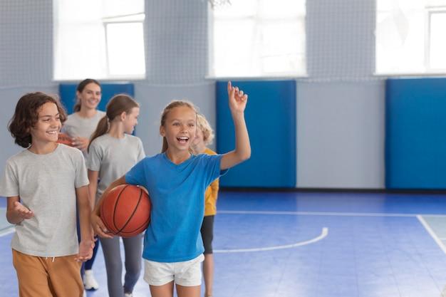 Insegnante di sport con i suoi studenti