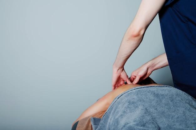 Massaggio benessere sportivo nella sala medica della palestra fitness. il massaggiatore fa esercizi di massaggio. massaggio terapeutico rigenerante del corpo sportivo. concetti di riabilitazione degli infortuni sportivi. copia spazio