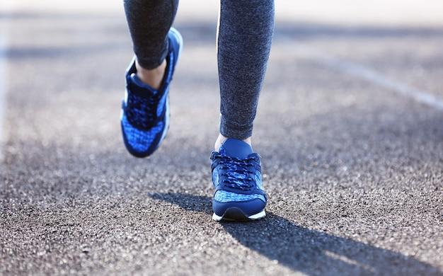 Gambe di donna sportiva in movimento in esecuzione