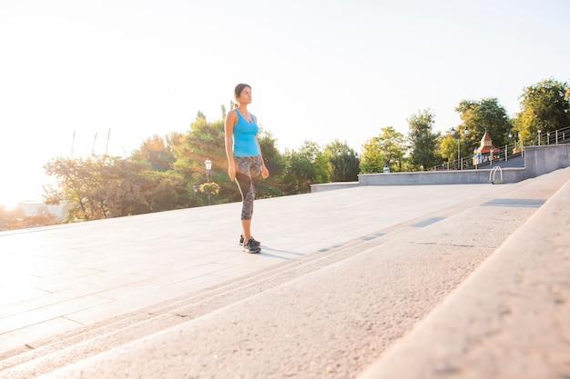 Donna sportiva che prepara per una sfida. atleta femminile motivato che si allena duramente.