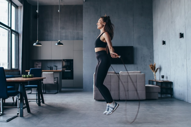 Sportsgirl con la corda per saltare a casa.