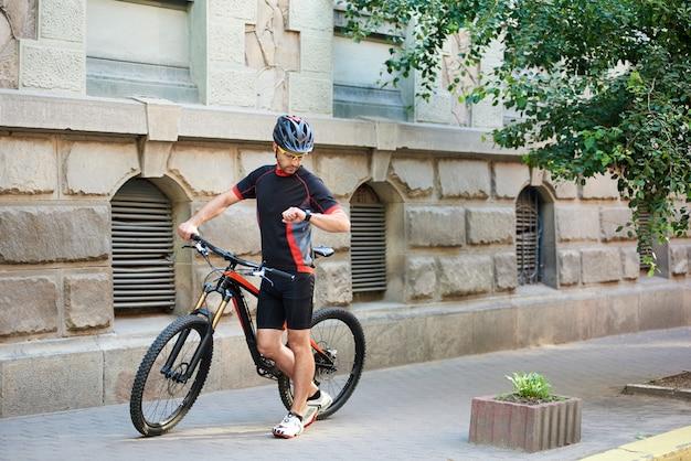 Sportivo in bicicletta in bicicletta all'aperto
