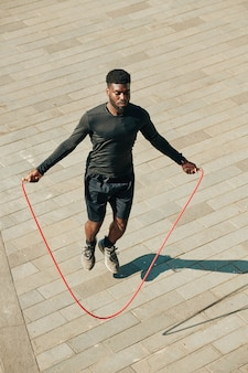 Sportivo che salta con la corda per saltare