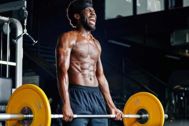 Sportivo sollevamento pesi pesanti