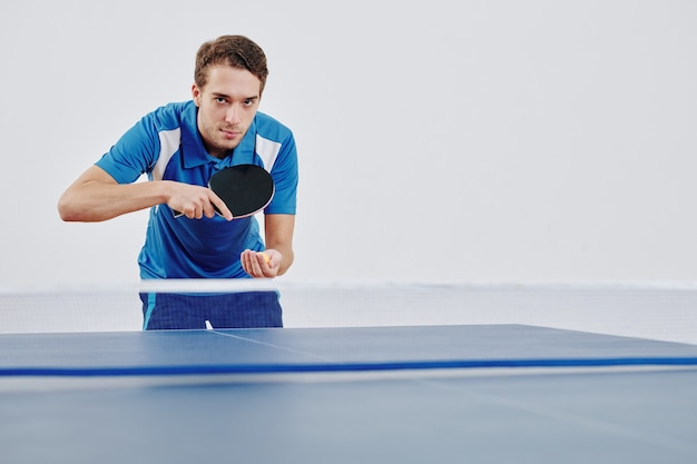 Sportivo che serve pallina da ping pong