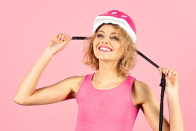 Sportiva in casco protettivo vacanza sportiva sport sano attributi ritratto di giovane donna in