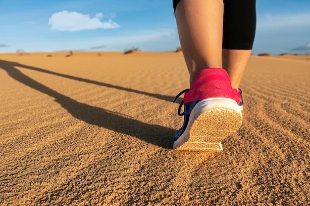 Sportiva che corre tra le dune - messa a fuoco selettiva - messa a fuoco selettiva