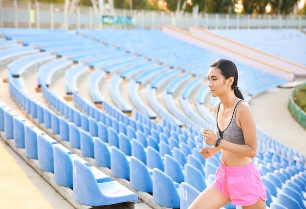 Donna asiatica sportiva che si allena allo stadio