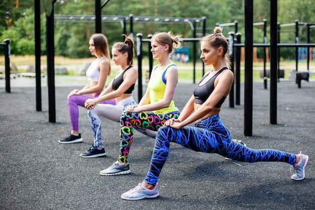 Donne allegre sportive che fanno attività sportive all'aperto.