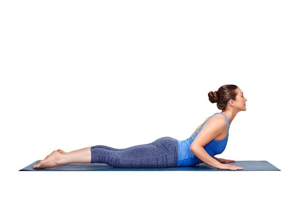 La donna yogini in forma sportiva pratica yoga asana bhujangasana