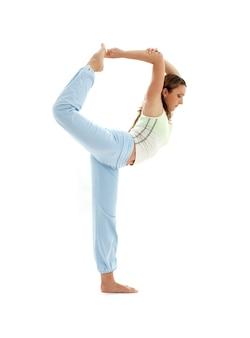 Ragazza sportiva che pratica natarajasana signore della posa di danza
