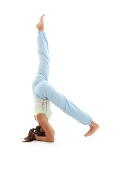Ragazza sportiva che pratica salamba sirsasana sostenuto headstand
