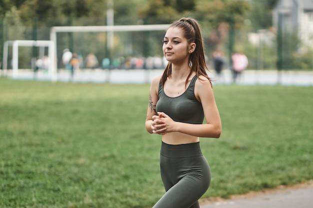 Ragazza sportiva cammina per lo stadio