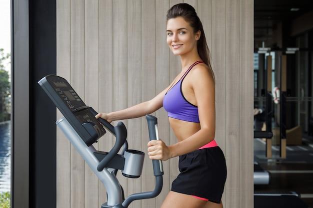 Sportivo è la donna che usa un trainer ellittico
