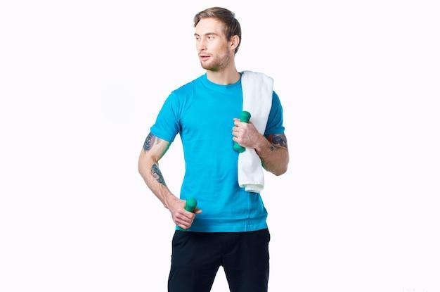 Uomo sportivo in asciugamano maglietta blu sulle spalle allenamento fitness