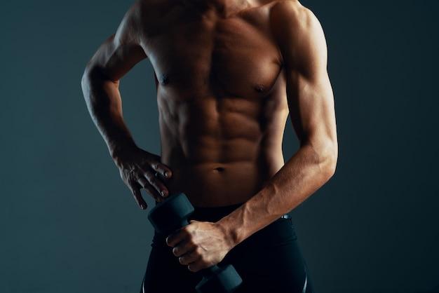 Uomo sportivo con manubri allenamento esercizio fitness