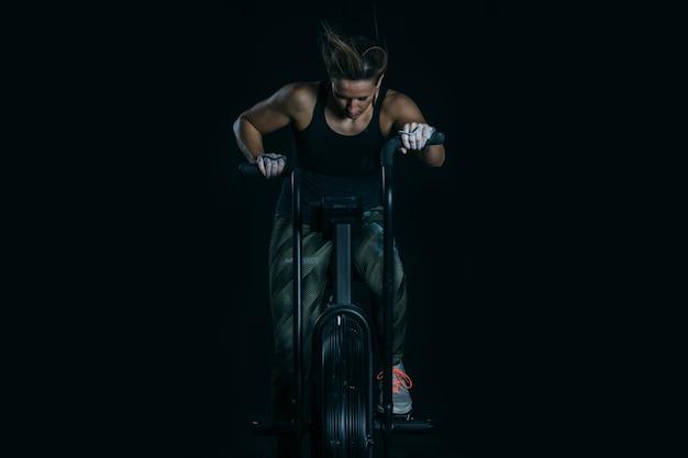 Donna sportiva che fa bici d'assalto calorico