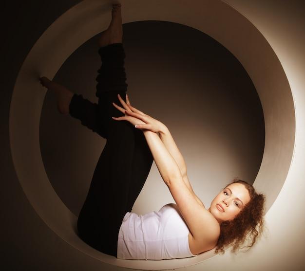 Donna sportiva in posa in cerchio