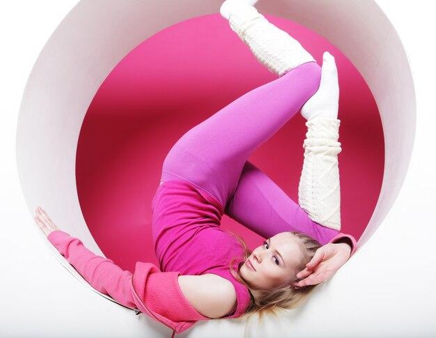 Donna sportiva che posa nel cerchio rosa
