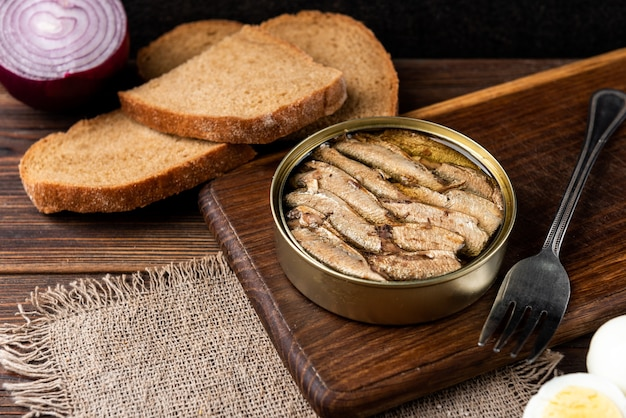 Spratti in un barattolo di latta con pane fresco