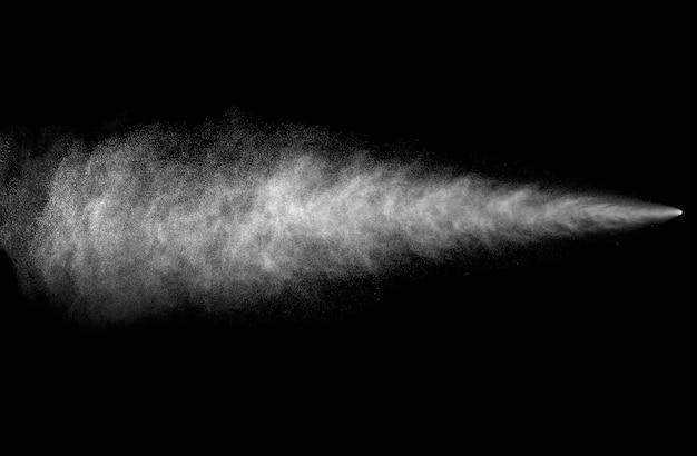 Flusso spray da bomboletta spray su sfondo nero