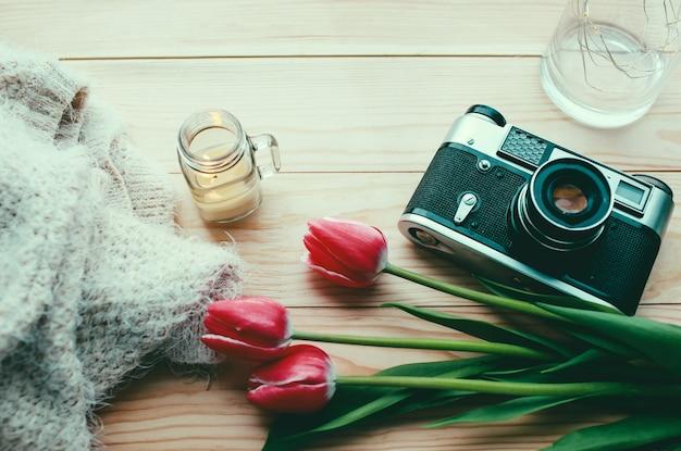 Composizione di primavera fiori di primavera e una bella candela su uno sfondo chiaro