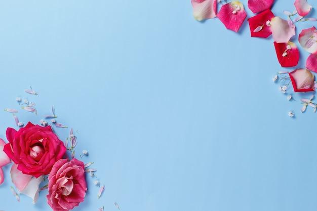 Composizione di primavera con rose e petali su uno sfondo pastello