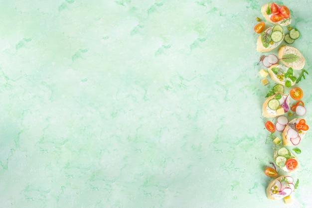 Priorità bassa dell'alimento sano di dieta di primavera. panino per la colazione con pane tostato baguette