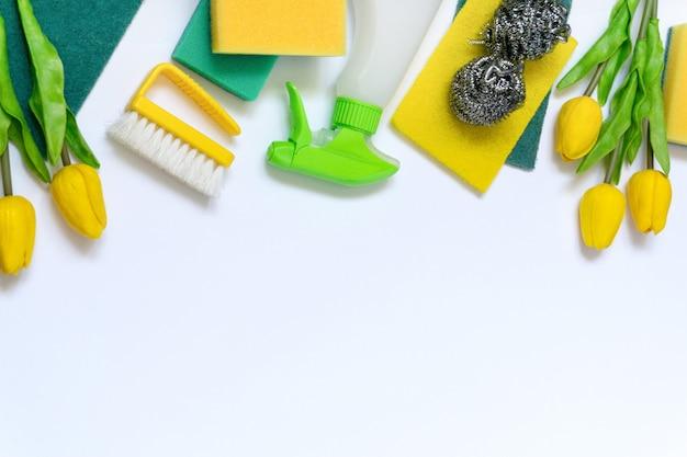 Piatto di primavera laici di prodotti per la pulizia e oggetti su sfondo bianco, spazio per il testo.
