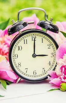 Fiori di primavera e sveglia. cambia il tempo