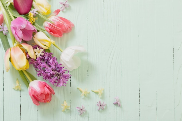 Fiori di primavera su fondo di legno verde