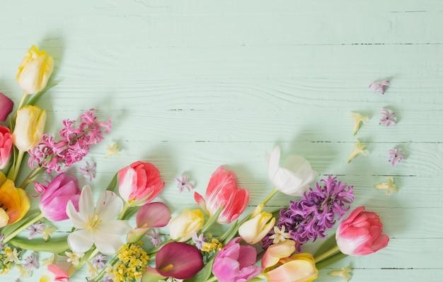 Fiori di primavera sulla superficie in legno verde