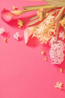 Fiori di primavera su sfondo di carta rosa