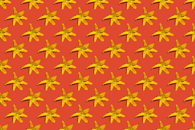 Reticolo floreale senza giunte dei fiori di primavera. gigli gialli su sfondo rosso