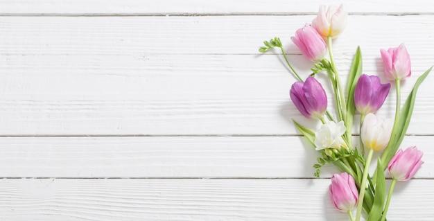 Fiori di primavera su legno bianco