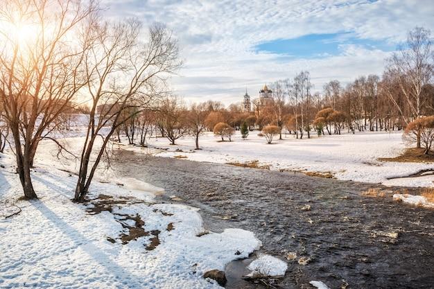 Paesaggio primaverile sul fiume pskova a pskov