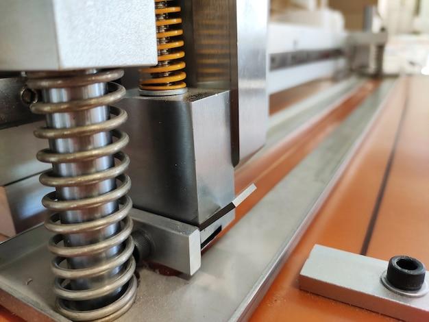 Meccanismo a molla per lo smorzamento delle vibrazioni. tagliacarta