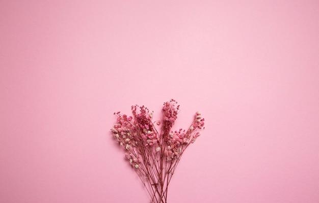 Primavera minimal concept fiori rosa flat lay blocco note bianco vuoto