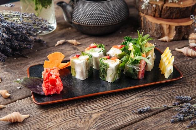 Formaggio cremoso del salmone dell'avocado della carta di riso del rotolo di primavera