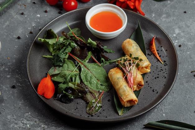 Involtini primavera con gamberi con salsa al peperoncino dolce. cucina asiatica.