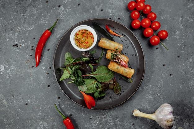 Involtini primavera con gamberi con salsa di peperoncino dolce. cucina asiatica.