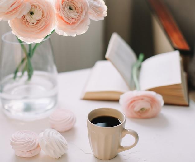 Primavera romantica natura morta con fiori, tazza di caffè, un libro e marshmallow