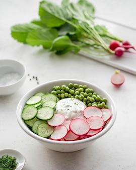 Insalata di primavera con cetrioli e piselli di ravanello