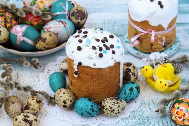 Primavera natura morta di dolci pasquali e uova dipinte su un piatto
